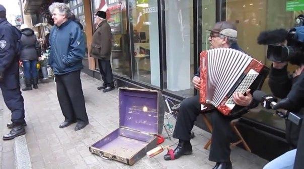 Человек с аккордеоном